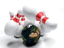 Auffallende Bowlingspielstifte mit Planet Erde - Wiedergabe 3D Lizenzfreies Stockbild