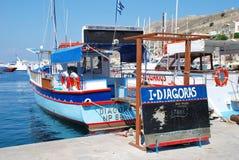 Auffallendes Exkursionsboot, Symi Stockbilder
