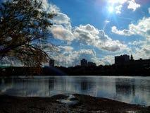 Aufflackern des hellen Sonnenscheins über New-Jersey Gebäude-Skylinen durch den Raritan-Riverbank stockfoto