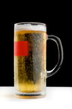 Auffrischungsbecher kaltes Bier auf schwarzem Hintergrund Stockbilder