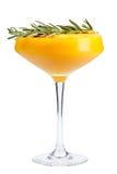 Auffrischungsfruchtcocktail Ein Auffrischungsgetränk mit einer Mangomasse, verziert mit Rosmarin stockfoto
