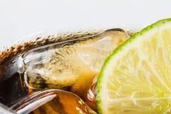 Auffrischungsgetränk mit Kalk- und Eiswürfeln stockfotos