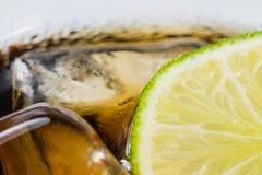Auffrischungsgetränk mit Kalk- und Eiswürfeln lizenzfreies stockbild