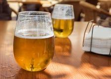 Auffrischungsglas blondes Bier im Sommer Lizenzfreies Stockbild