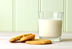 Auffrischungsglas von Milch und von köstlichem Snack von selbst gemachten Erdnussbutterplätzchen Stockfoto