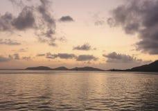 Auffrischungspanoramablick des romantischen Sonnenunterganghimmels und -Meerblicks am Abend mit goldener heller Reflexion auf Was lizenzfreie stockfotos