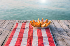 Auffrischungswassermelone auf der Ufergegend im Sommer Lizenzfreies Stockbild