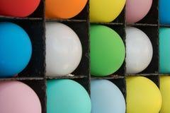 Aufgeblähte Ballone am Messen-Karnevals-Spiel-Form-bunten Muster Stockbilder