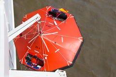Aufgeblähtes Rettungsfloß auf einem Kreuzschiff Stockfotos