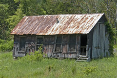 Aufgegebene Kabine mit rostigem Zinn-Dach stockfoto