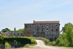 Aufgegebene Mühle bei Aiguillon auf dem Fluss Le Lot in Frankreich Stockfotos