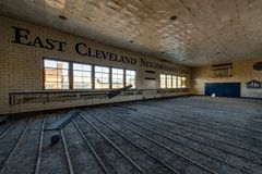 Aufgegebene Turnhalle - verlassenes Heiliges Philomena School, Ost-Cleveland, Ohio Stockfotografie