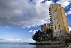 Aufgegebener Kontrollturmblock durch Meer Stockbilder