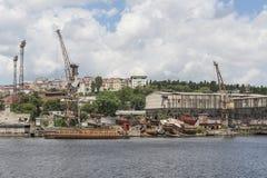 Aufgegebener Werft durch Fluss in der Stadt Lizenzfreies Stockfoto