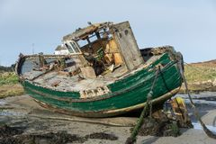 Aufgegebenes Fischerboot auf Strand stockbild