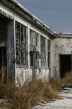 Aufgegebenes Gebäude gegen verdunkelnhimmel Stockfoto