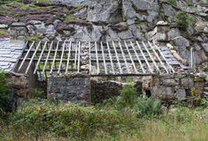 Aufgegebenes Häuschen mit der Dachplatteverfehlung Lizenzfreies Stockfoto