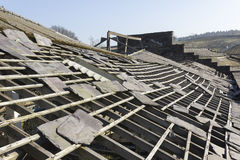 Aufgegebenes Schieferfabrikdach stockfotografie