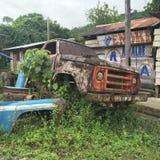 Aufgegliederter LKW verrostet im amazonischen Dorf Lizenzfreies Stockfoto