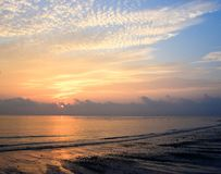 Aufgehende Sonne am Horizont vorbei im Meerwasser mit Muster von Wolken im bunten Himmel - Kalapathar-Strand, Havelock-Insel, And stockfotografie