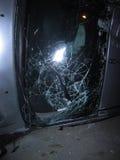 Aufgehobenes Auto, das auf die Straße nach Unfall, zerbrochenes Glasfenster eines Autos legt Stockfoto