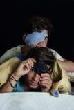 Aufgerüttelte Jungen mit Schlafmaske Stockbilder