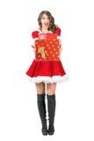 Aufgeregte überraschte Frau Santa Claus, die viele Geschenke betrachten Kamera gibt Lizenzfreies Stockfoto