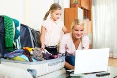 Aufgeregte blonde Mutter und kleines Mädchen Lizenzfreies Stockfoto