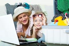 Aufgeregte blonde Mutter und kleines Mädchen Lizenzfreie Stockfotos