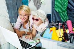 Aufgeregte blonde Mutter und kleines Mädchen Stockbilder