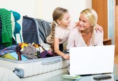 Aufgeregte blonde Mutter und kleines Mädchen Lizenzfreies Stockbild