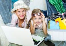 Aufgeregte blonde Mutter und kleines Mädchen Stockfoto