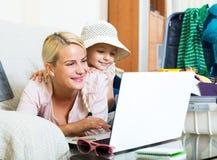 Aufgeregte blonde Mutter und kleines Mädchen Lizenzfreie Stockbilder