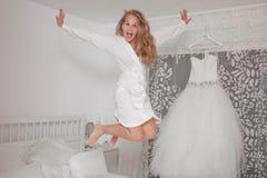 Aufgeregte Braut in der Umkleidekabine Stockfotografie