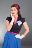 Aufgeregte Brunettefrau in der Retro Kleidung Lizenzfreies Stockbild