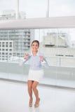 Aufgeregte Brunettegeschäftsfrau, die geht zu springen Stockfotos