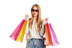 Aufgeregte Einkaufsfrau lokalisiert auf Weiß Lizenzfreie Stockfotografie