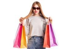 Aufgeregte Einkaufsfrau lokalisiert auf Weiß Stockfotografie