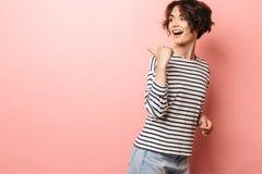 Aufgeregte entsetzte überraschte Schönheitsaufstellung lokalisiert über dem rosa Wandhintergrundzeigen stockfotos