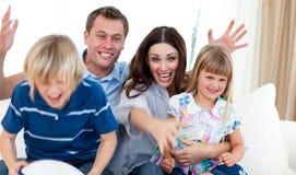 Aufgeregte Familie, die ein Ziel feiert Stockfotos