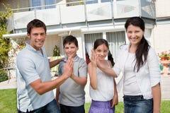 Aufgeregte Familie, die kaufendes neues Haus feiert Stockfoto
