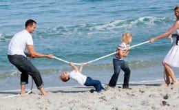 Aufgeregte Familie, die Tauziehen spielt Lizenzfreie Stockbilder
