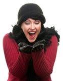 Aufgeregte Frau in der Winter-Kleidung hält heraus Hände an lizenzfreies stockfoto