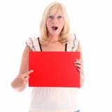 Aufgeregte Frau, die auf rotes Zeichen zeigt Stockfotos