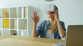Aufgeregte Frau, die auf Sichtwirklichkeitskopfhörer versucht stock video