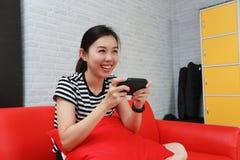 Aufgeregte Frau, die auf Steuerknüppel im Raum spielt lizenzfreie stockbilder
