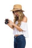 Aufgeregte Frau, die Foto auf Kamera überprüft Lizenzfreie Stockfotos