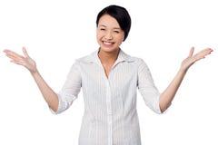 Aufgeregte Frau, die herzlich lacht lizenzfreies stockbild