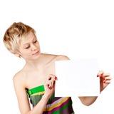 Aufgeregte Frau, die leere unbelegte Papierkarte zeigt stockfotos