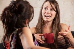 Aufgeregte Frau, die mit Freund spricht Stockbilder